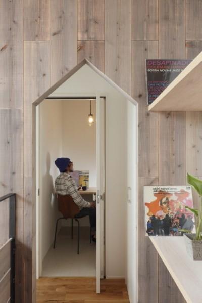廊下 書斎 (物語のなかに入ったようは非日常を感じられる家(羽束師の家))