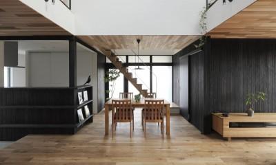 薪ストーブのある三角屋根の暮らしを楽しむ家(末広の家) (リビングダイニング)