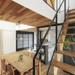 薪ストーブのある三角屋根の暮らしを楽しむ家(末広の家) (階段)