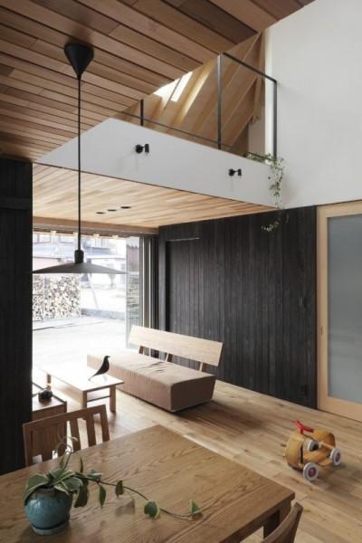 リビングダイニング (薪ストーブのある三角屋根の暮らしを楽しむ家(末広の家))