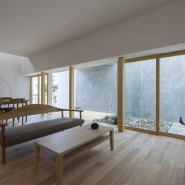プライバシーを確保しつつ開放的な旗竿地に建つ家(草津の家)-リビングダイニング