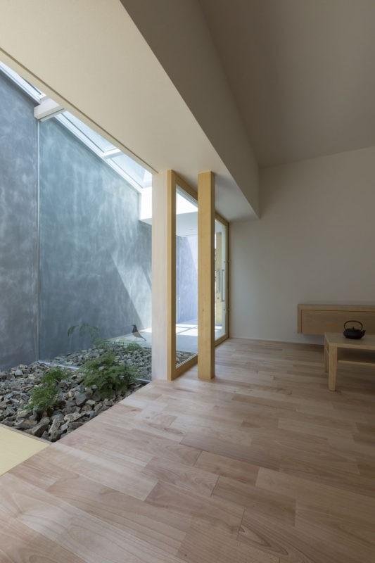 プライバシーを確保しつつ開放的な旗竿地に建つ家(草津の家) (中庭)