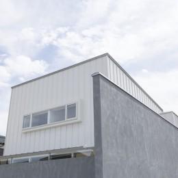 プライバシーを確保しつつ開放的な旗竿地に建つ家(草津の家) (外観)