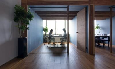 個室|片側採光のテナントの光をふんだんに取り入れたオフィスリノベ(草津のオフィス)