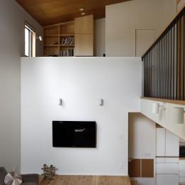 豊橋の家〜神社の緑を借景としたスキップフロアの家〜 (リビング、吹き抜け上は書斎)