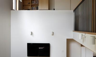 リビング、吹き抜け上は書斎|神社の緑を借景としたスキップフロアの家
