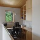 神社の緑を借景としたスキップフロアの家の写真 書斎