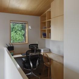 神社の緑を借景としたスキップフロアの家 (書斎)