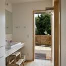 神社の緑を借景としたスキップフロアの家の写真 洗面室
