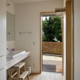 神社の緑を借景としたスキップフロアの家 (洗面室)