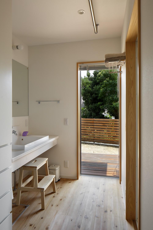 バス/トイレ事例:洗面室(神社の緑を借景としたスキップフロアの家)