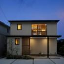 神社の緑を借景としたスキップフロアの家の写真 外観夕景