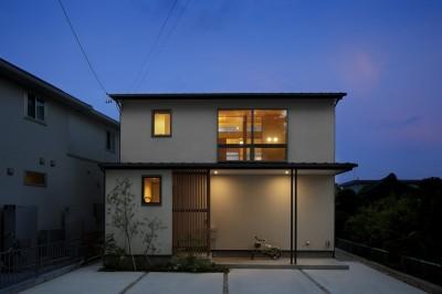 外観夕景 (神社の緑を借景としたスキップフロアの家)