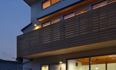 神社の緑を借景としたスキップフロアの家 (テラス夕景)