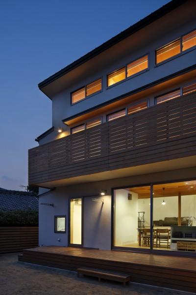テラス夕景 (神社の緑を借景としたスキップフロアの家)
