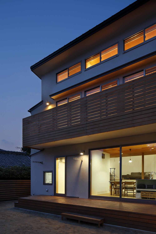 豊橋の家〜神社の緑を借景としたスキップフロアの家〜 (テラス夕景)