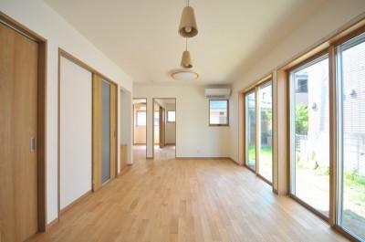 リビング続きにある2部屋が間仕切りで変化する家 (リビング)