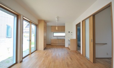 リビング続きにある2部屋が間仕切りで変化する家