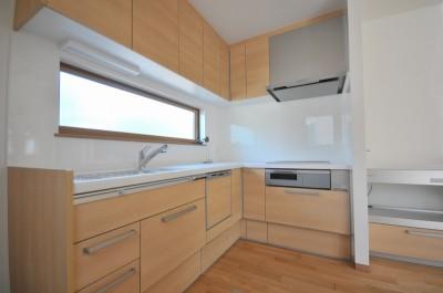 キッチン (リビング続きにある2部屋が間仕切りで変化する家)