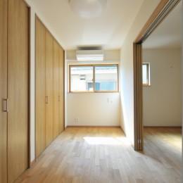 リビング続きにある2部屋が間仕切りで変化する家 (寝室)