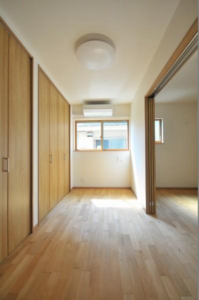 寝室 (リビング続きにある2部屋が間仕切りで変化する家)
