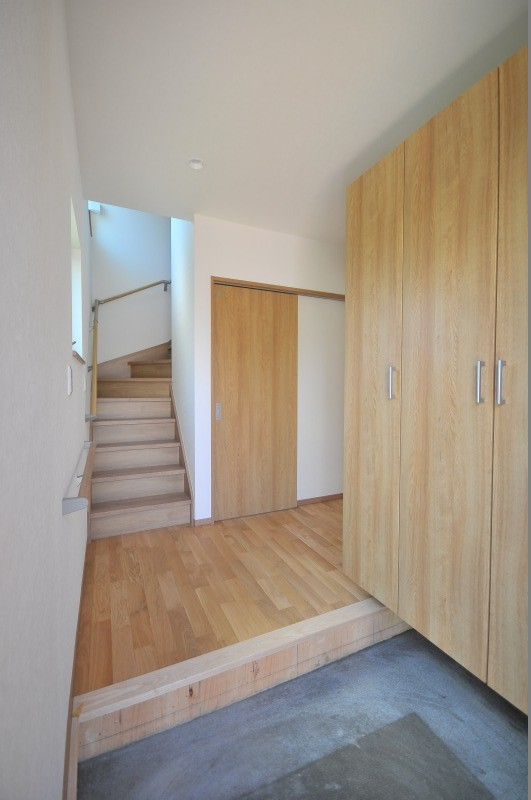 リビング続きにある2部屋が間仕切りで変化する家 (エントランス)