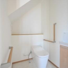 リビング続きにある2部屋が間仕切りで変化する家 (トイレ)