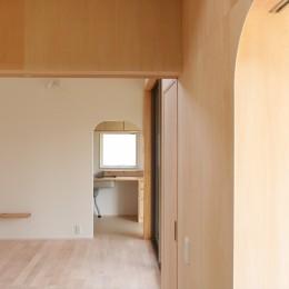 休耕地に建つ女性のための住宅 (休耕地の家|仏間/広間/寝室)
