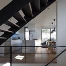 名古屋市N邸~高低差がある敷地のガレージハウスの写真 階段越しに見えるキッチン