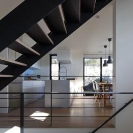 名古屋市N邸~高低差がある敷地のガレージハウス (階段越しに見えるキッチン)