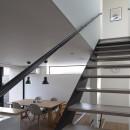 名古屋市N邸~高低差がある敷地のガレージハウスの写真 1階から2階へのスケルトン階段