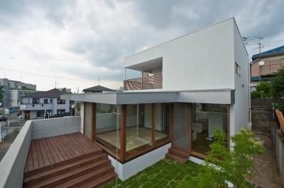 デッキテラスと芝生に囲われた畳リビング (名古屋市T邸~混構造のガレージハウス)