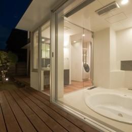 名古屋市T邸~混構造のガレージハウス (ガラス貼の掘り込み式バスルーム)