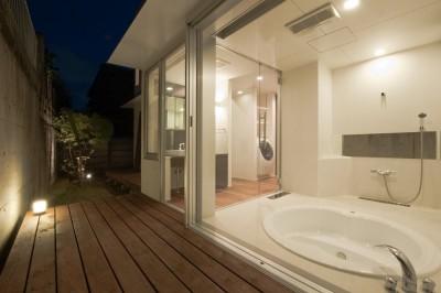 ガラス貼の掘り込み式バスルーム (名古屋市T邸~混構造のガレージハウス)