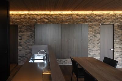 名古屋市S邸~ラグジュアリーなLDK空間があるガレージハウス (間接照明で演出されたダイニングキッチン)