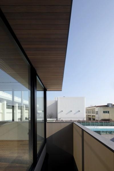 木貼の庇下にある壁に囲われたデッキテラス (名古屋市S邸~ラグジュアリーなLDK空間があるガレージハウス)