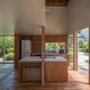 小田井の住宅の写真 キッチンと外部を見通す