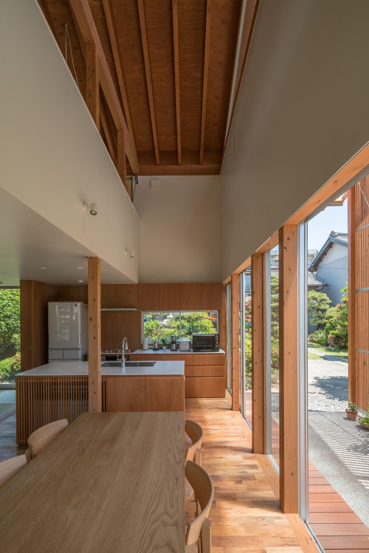リビングダイニング事例:キッチンと吹抜(小田井の住宅)