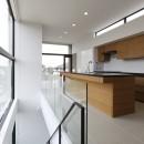 名古屋市H邸~STEP HOUSEの写真 ブラック人工大理石を天板に使ったアイランドキッチン