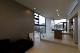 名古屋市H邸~STEP HOUSE (リビングからアイランドキッチンを見る)