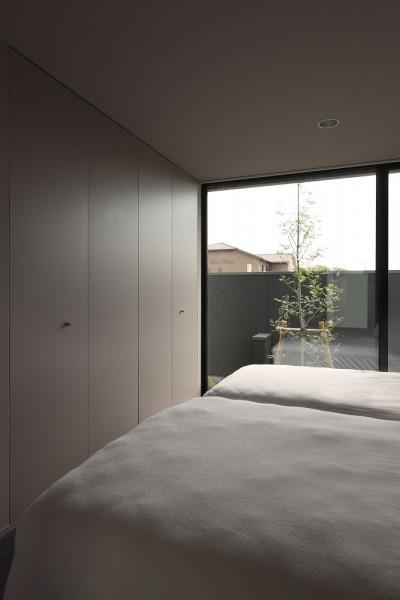 庭に面した落ち着いた寝室 (名古屋市H邸~STEP HOUSE)