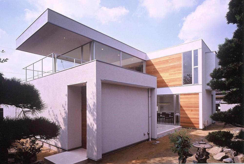 岡崎市O邸~水盤と花火が見えるテラスがある開放感あふれる住宅 (水平に伸びる庇が特徴的な外観)