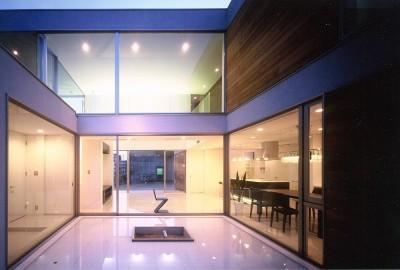 岡崎市O邸~水盤と花火が見えるテラスがある開放感あふれる住宅 (水盤越しのリビング夜景)