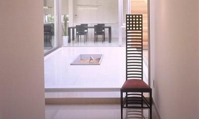 岡崎市O邸~水盤と花火が見えるテラスがある開放感あふれる住宅 (エントランスより水盤を見る)