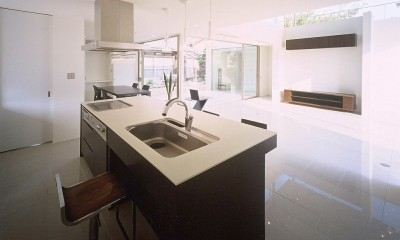 岡崎市O邸~水盤と花火が見えるテラスがある開放感あふれる住宅 (アイランドキッチンからリビングを見る)