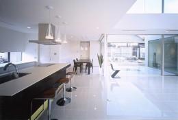 岡崎市O邸~水盤と花火が見えるテラスがある開放感あふれる住宅 (キッチンよりダイニングと水盤(中庭)を見る)