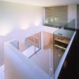 岡崎市O邸~水盤と花火が見えるテラスがある開放感あふれる住宅 (2階通路から吹抜けと階段を見る)