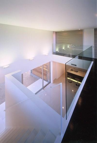2階通路から吹抜けと階段を見る (岡崎市O邸~水盤と花火が見えるテラスがある開放感あふれる住宅)