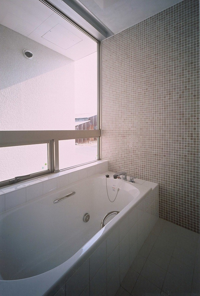 岡崎市O邸~水盤と花火が見えるテラスがある開放感あふれる住宅 (壁全面がモザイク貼のバスルーム)