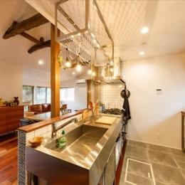 高さのある勾配天井で開放的に 思い描いていた理想のLDKを実現 (【キッチン】)